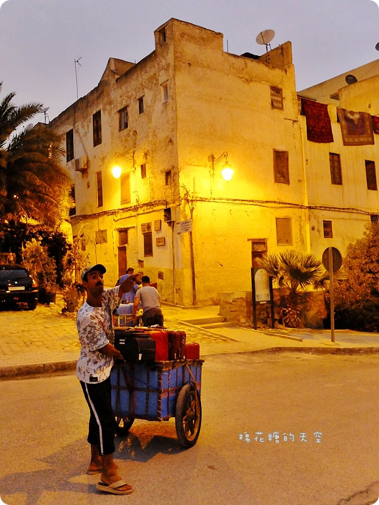 摩洛哥‖黃色菲斯Fez老城探險,迷失在連谷歌定位不了的巷弄,血拼皮革製品、傳統建築大啖美食