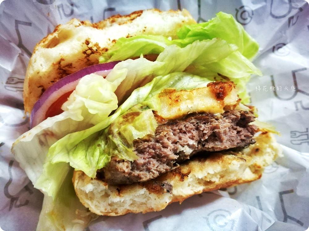 檜意生活村週邊R5小餐館客製美式漢堡超好吃!現烤可麗露吃了會上癮~