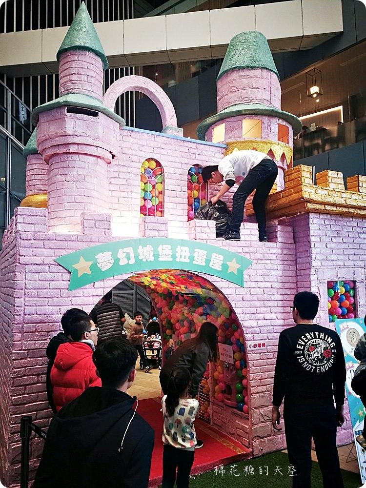 20180217212711 77 - 巨大扭蛋再進化!粉紅城堡大扭蛋機還有彩色扭蛋拱門喔!