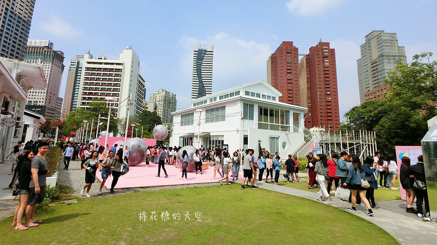 到處都是人龍!假日要來勤美術館粉紅現象請做好曬太陽的準備!