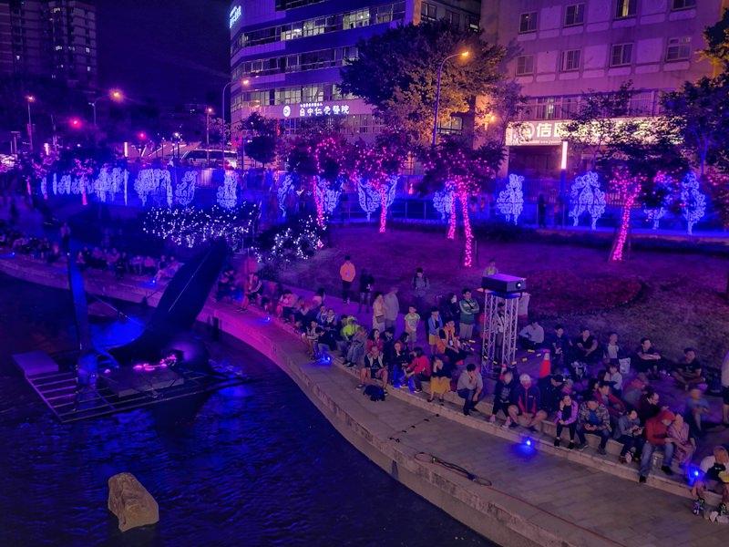 20181027201823 8 - 台中景點推薦|柳川水岸換新裝,浪漫燈海點燈人潮擠爆啦