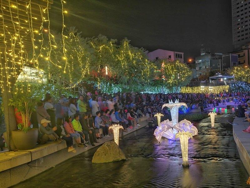 20181027201838 85 - 台中景點推薦|柳川水岸換新裝,浪漫燈海點燈人潮擠爆啦