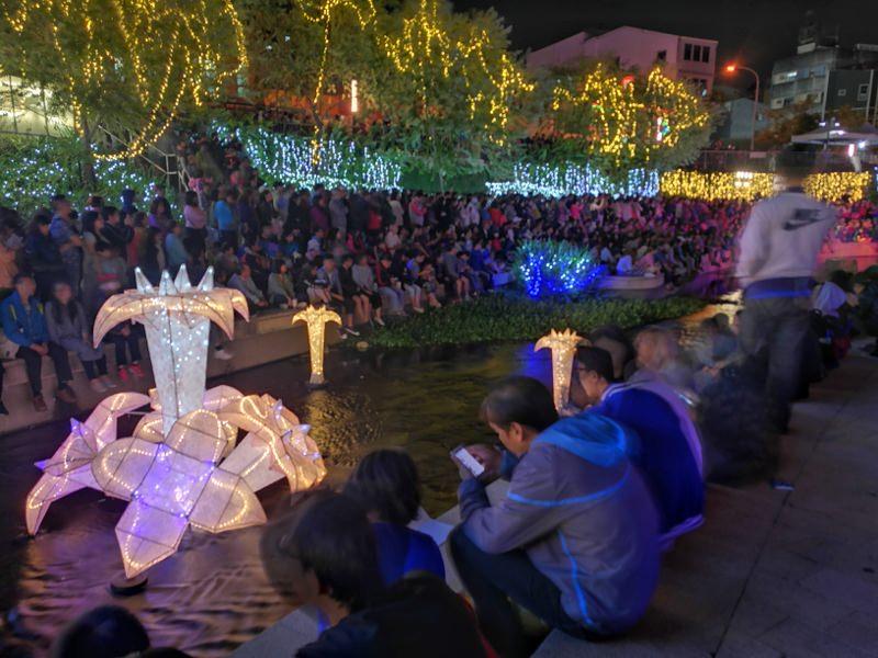 20181027201852 27 - 台中景點推薦|柳川水岸換新裝,浪漫燈海點燈人潮擠爆啦