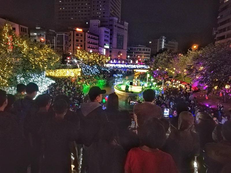 20181027201858 14 - 台中景點推薦|柳川水岸換新裝,浪漫燈海點燈人潮擠爆啦