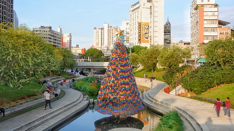 台中景點|超浪漫柳川水中聖誕樹點燈啦!繽紛七彩聖誕樹白天也好美