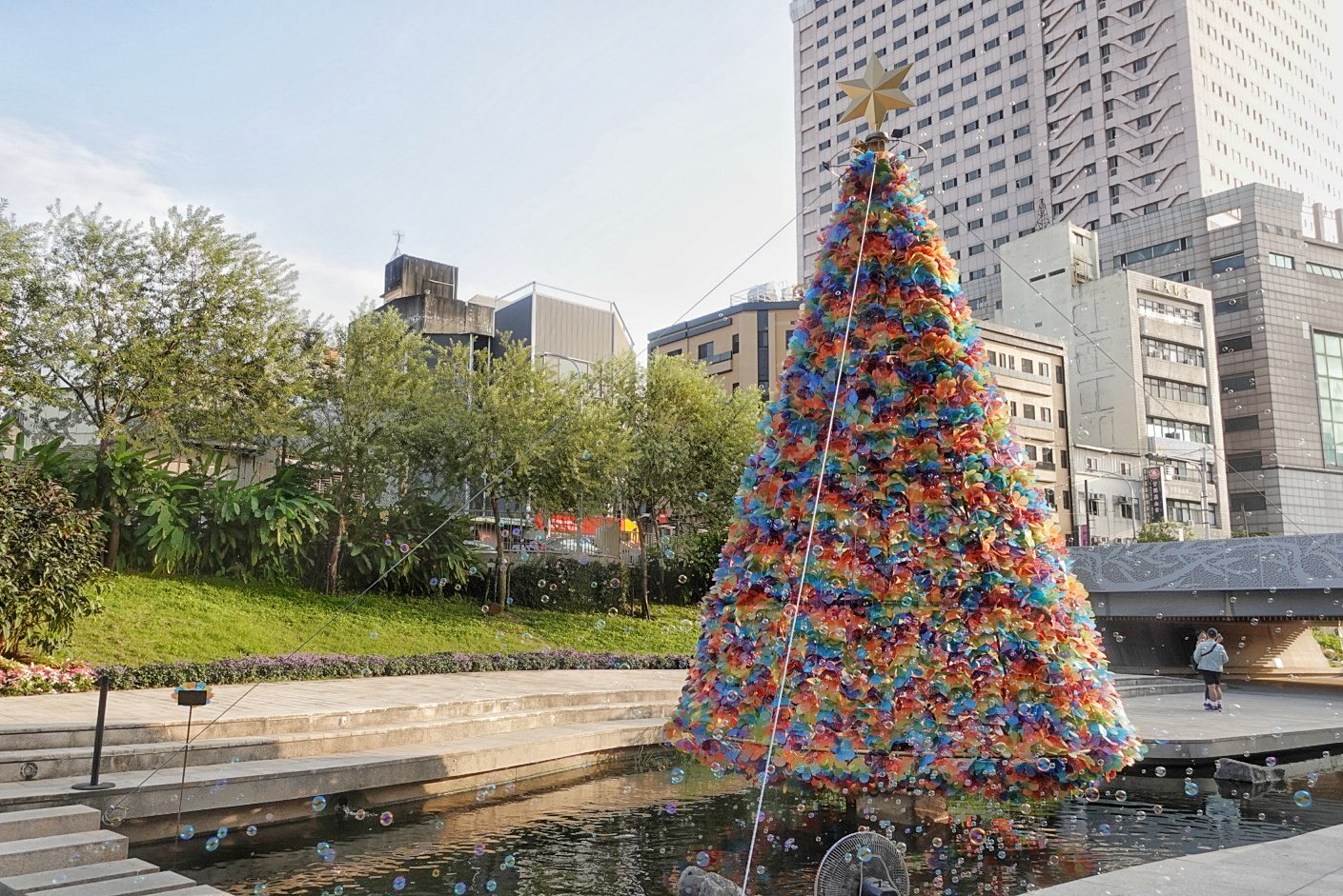 20181207165110 15 - 超浪漫柳川水中聖誕樹點燈啦!繽紛七彩聖誕樹白天也好美