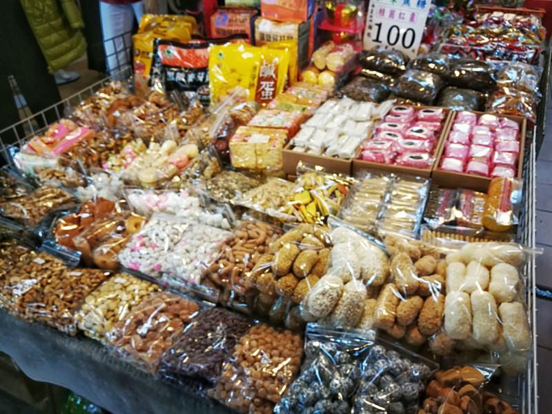 台中北屯市場辦年貨,糖果、餅乾、瓜子、開心果松和糖果行一把抓
