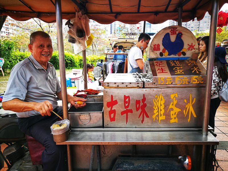 令人懷念的雞蛋冰阿伯~正宗古董摩托車販售,三種口味都是經典啊!