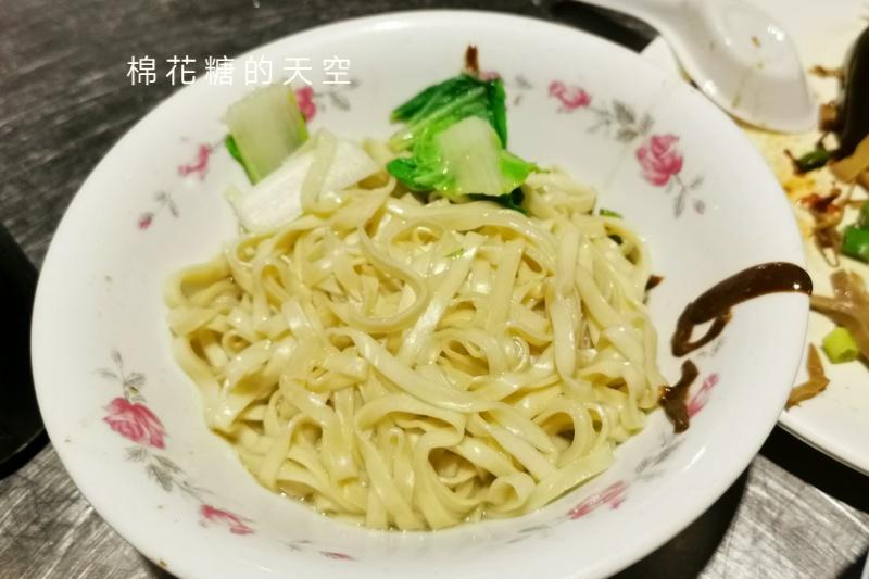 圍牆旁邊吃陽春麵~台中老店阿春麵担人潮很多啊!