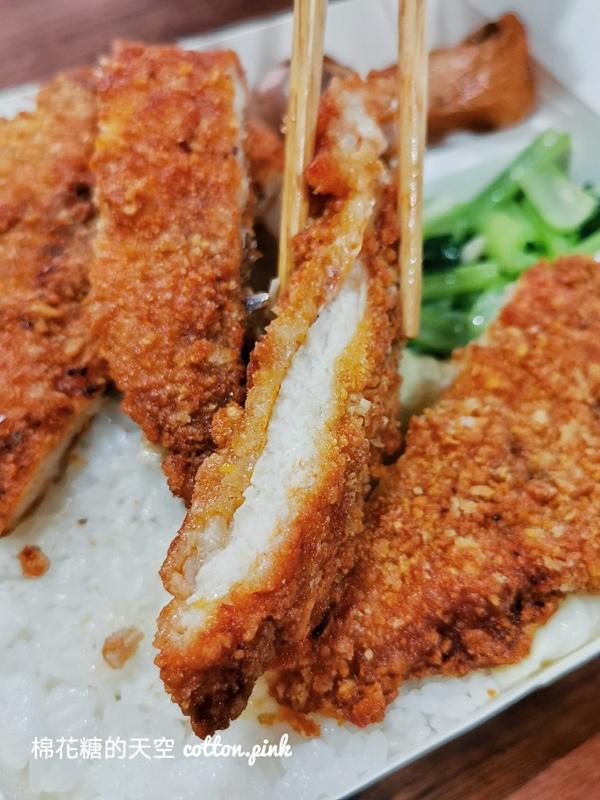 台中便當老店東海排骨不在東海,雞腿、雞排大到快看不到飯