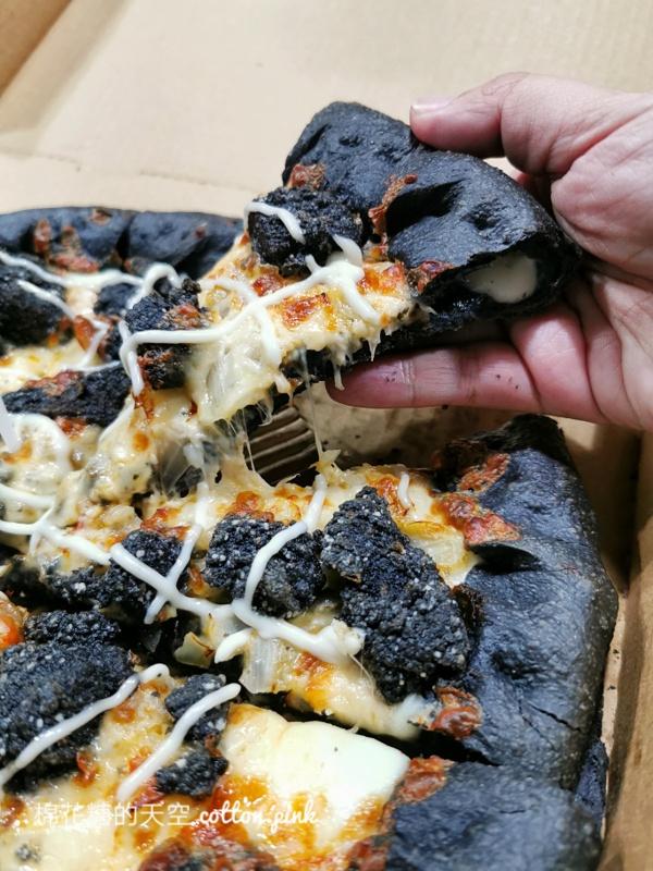 黑色披薩太妙了!必勝客最新口味比薩連炸雞都是黑的~