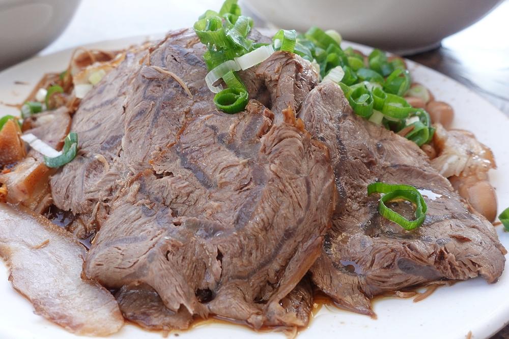 台中牛肉麵這家早餐也吃得到,大雅牛肉麵滷味也是必點
