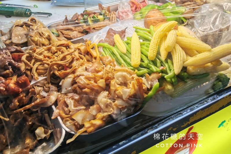 逢甲夜市排隊美食~這家連在地學生都推薦!王記滷味蔬菜選擇超多~