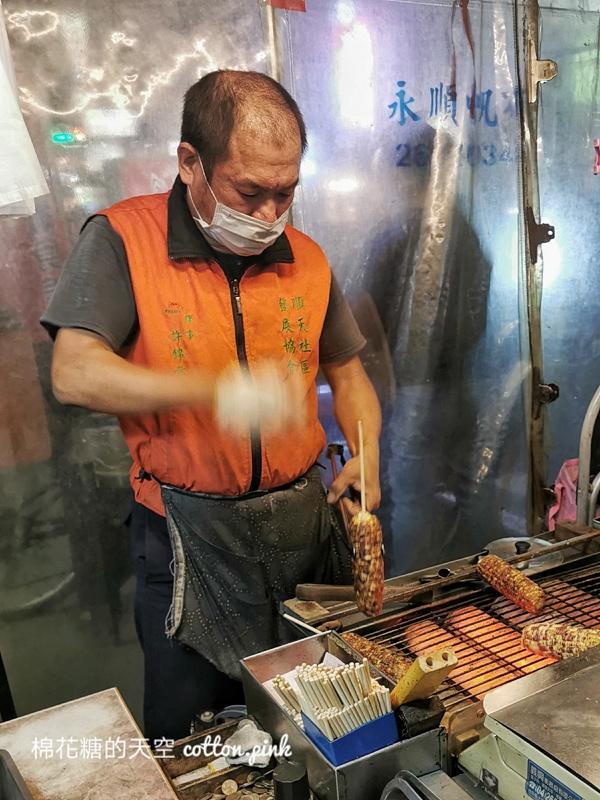 台中大甲蔣公路夜市這攤烤玉米不起眼~但好吃耶!紅外線烤玉米推薦加辣更好吃~