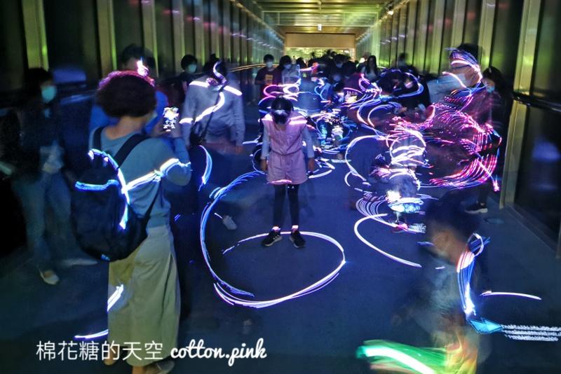 2021光影藝術節來了!國美館大門口滿滿火柴小人重現電玩情節滿滿童趣~