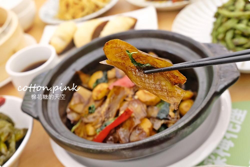 台中公益路最新純白餐廳開賣了!不葷主義冰花煎餃、三杯魷花、打拋豬肉完全吃不出來是素食阿!