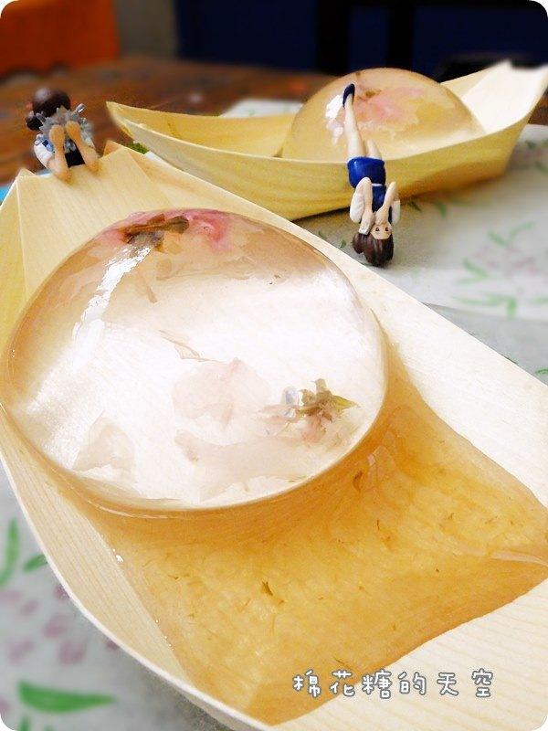 《台中甜點》夢幻水滴甜點販賣機也買得到啦!逢甲歡樂星裡~天天都可以嚐到包著舞動櫻花的水滴唷!還有最新噴汁奶酪!