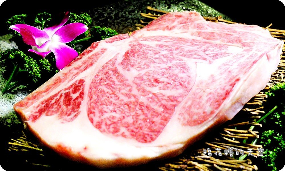 台中深夜燒肉‖朧月炭火燒肉凌晨兩點也能吃比臉大和牛牛排,最威的燒肉深夜食堂就在草悟道勤美商圈