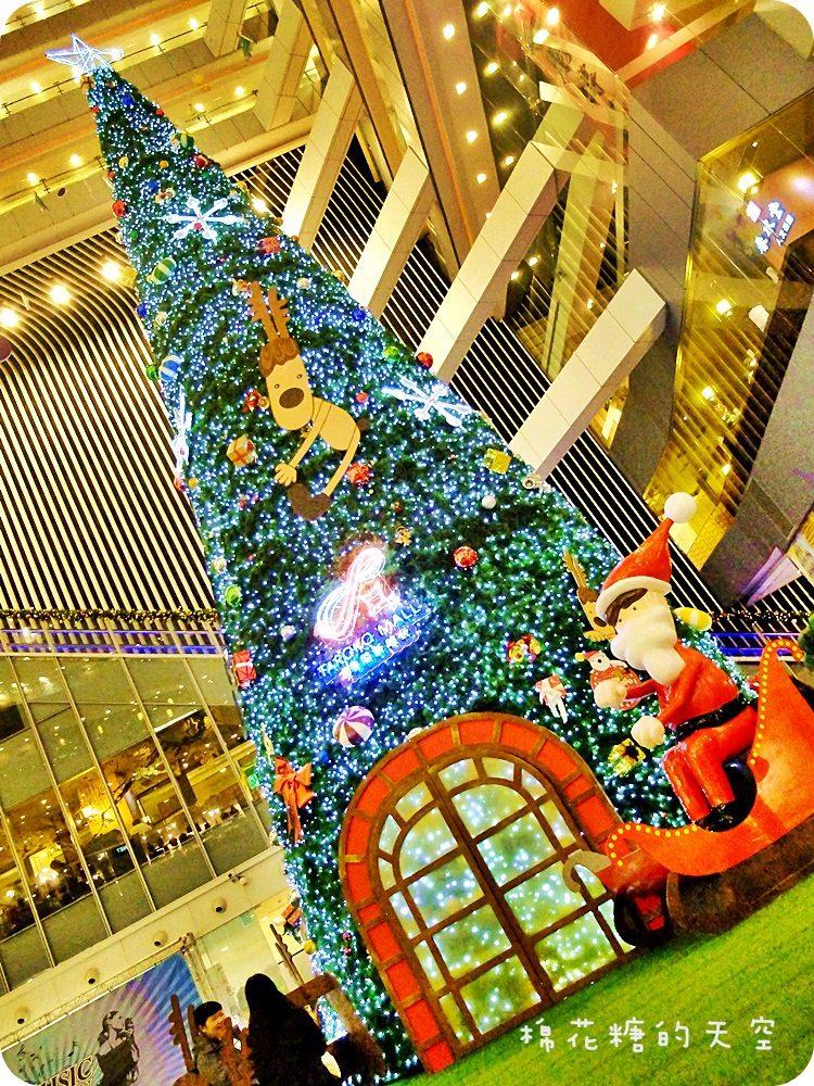 《台中聖誕景點》後火車站新時代豎起三層樓高大大聖誕樹,遍地麋鹿還有聖誕老公公坐雪撬~還可以來個城市裡的偽野餐唷!