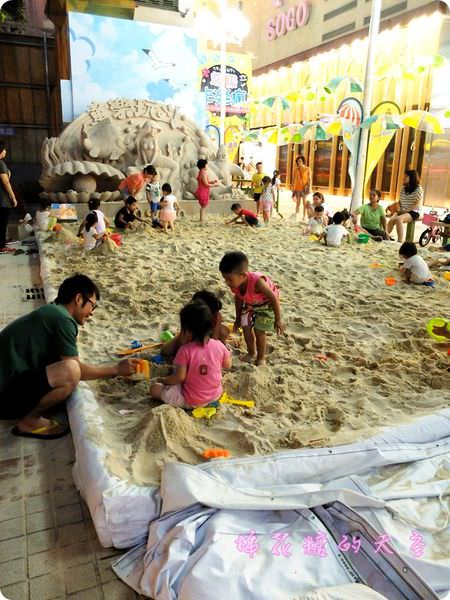 《台中活動》白白沙灘現身台中市區,快帶小朋友來sogo百貨玩沙囉!