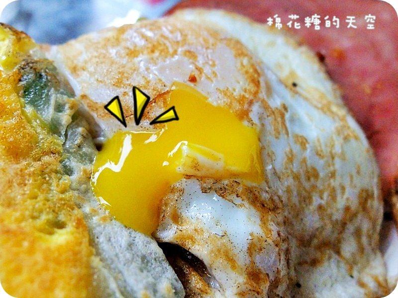 《台中美食》一中街排隊澎湃早餐~一心蛋餅,濃濃牽絲起司蛋餅、半熟蛋外加火腿肉鬆超總匯蛋餅你要選哪個?