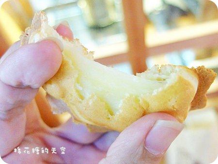 """《台中甜點》名字超級可愛的""""KURIMU咕粒姆""""~超大泡芙裡不止能塞香草牛奶醬、還有綿綿芋泥、地瓜泥可以選,塞兩球冰淇淋更過癮!"""