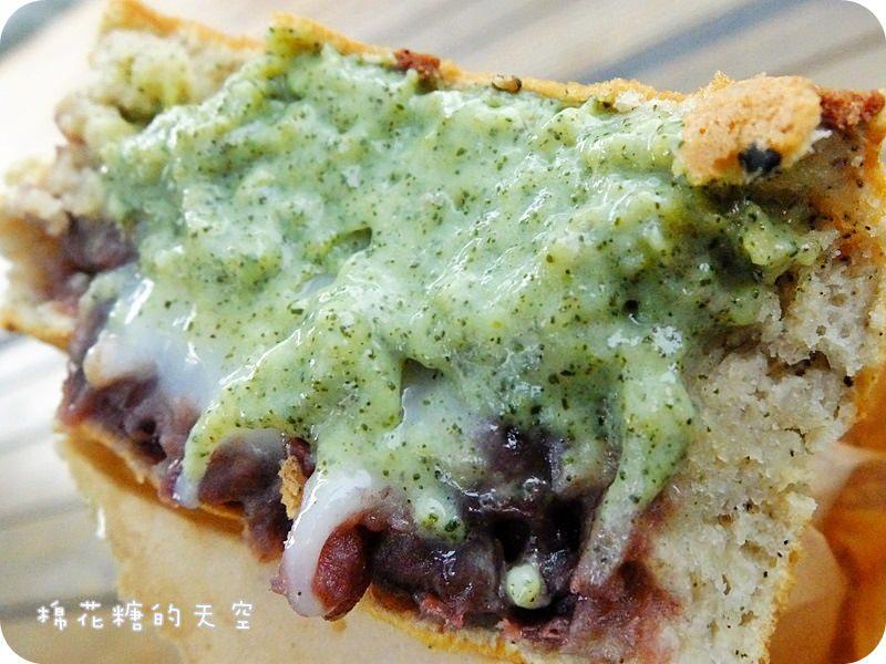 《台中甜點》刑務所演武場裡綠色講堂小木屋裡有爆漿紅豆餅!口味還不是一般般~是超濃茶口味喔!